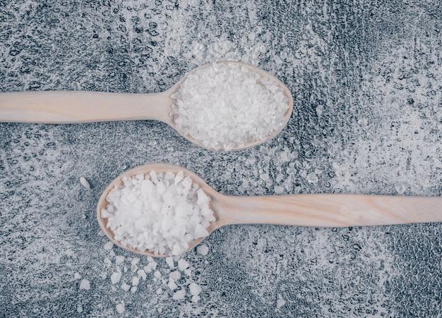 Sal marinho em colheres de madeira