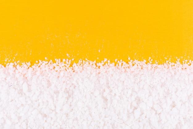 Sal marinho na superfície laranja