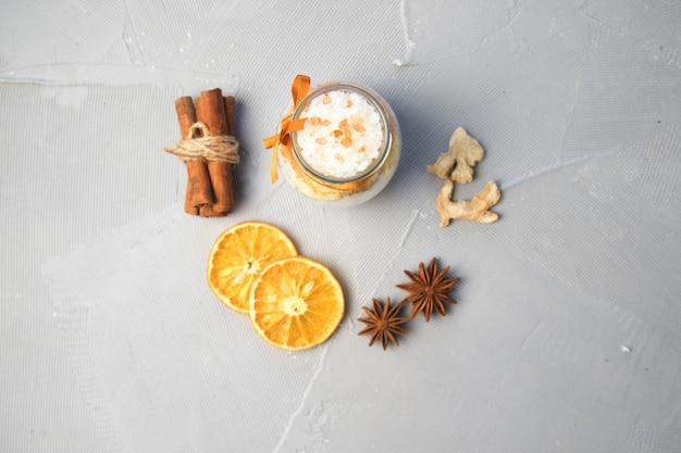 Sal marinho para banho com canela, laranja e especiarias