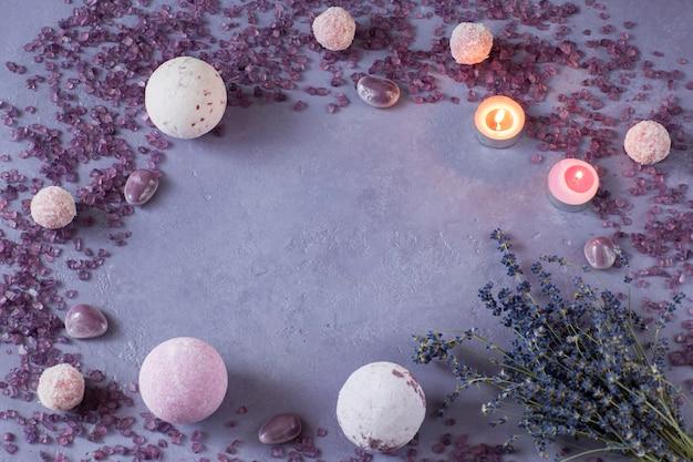 Sal marinho, sabonete, bolas de banho, velas e buquê de lavanda