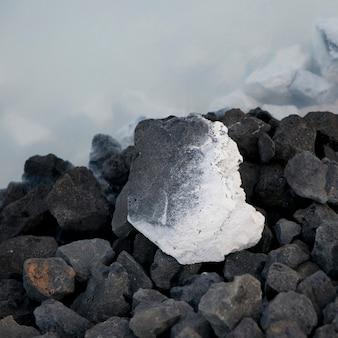 Sal mineral coberto de rocha vulcânica