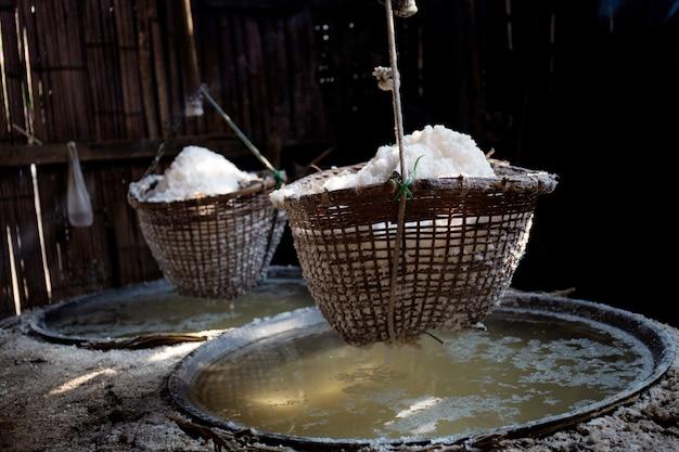 Sal na cesta no fogão.