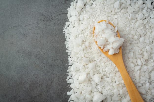 Sal na colher de pau coloque no chão