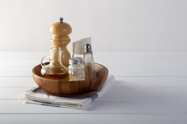 Sal, pimenta, óleo em cima da mesa.