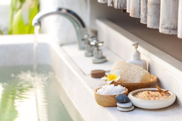Sal spa esfoliação ao lado da banheira ao ar livre