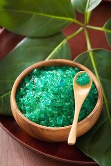 Sal verde de ervas para um banho de spa saudável