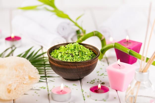 Sal verde de espirulina de ervas em uma tigela de cerâmica branca