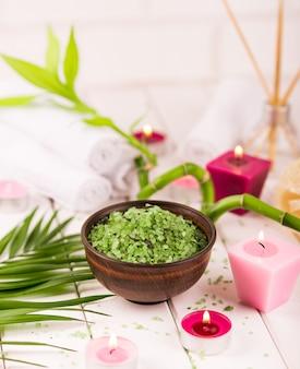 Sal verde de espirulina de ervas em uma tigela de cerâmica