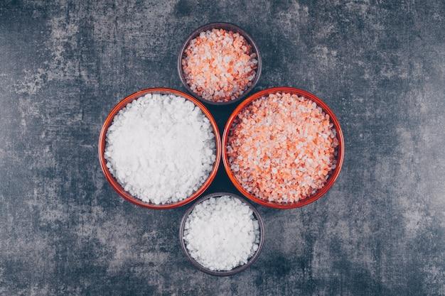Sal vermelho e branco em tigelas