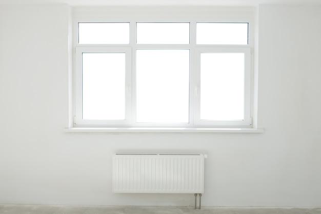 Sala branca com janela cheia de luz