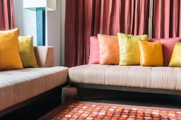 Sala com almofadas em cores diferentes