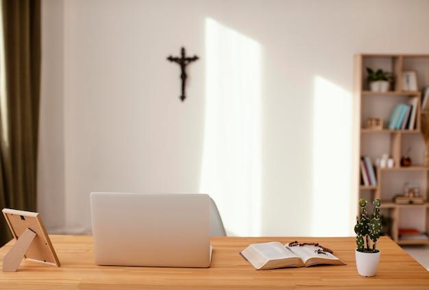 Sala com cruz na parede branca