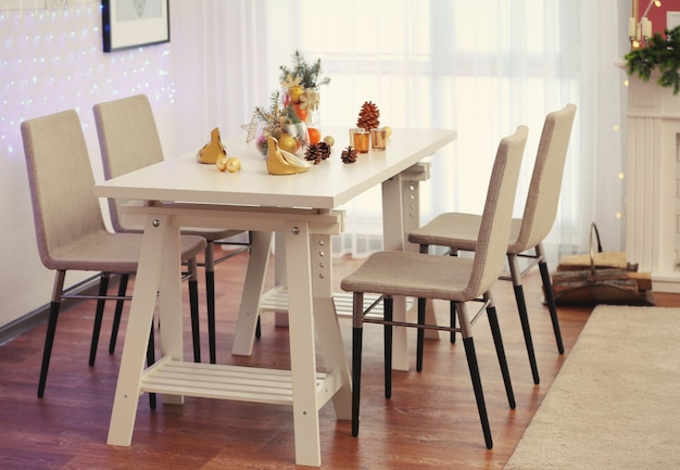 Sala com mesa e cadeiras decoradas para o natal
