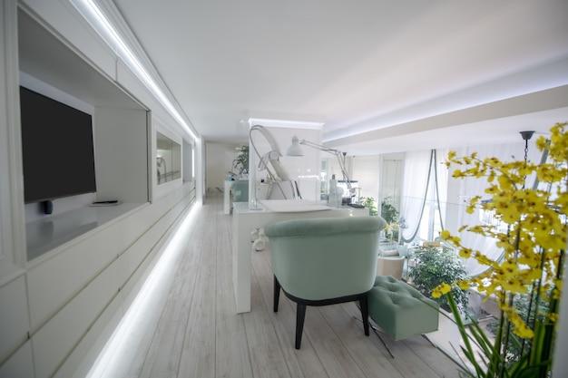Sala cosmetológica. salão cosmetológico moderno e elegante em um grande centro de beleza leve com equipamentos de última geração e móveis confortáveis