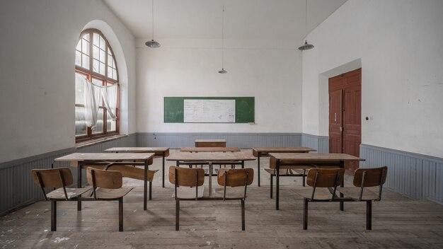 Sala de aula abandonada velha de uma faculdade