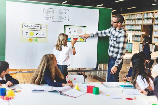 Sala de aula, aprendizagem de matemática estudantes estudam conceito