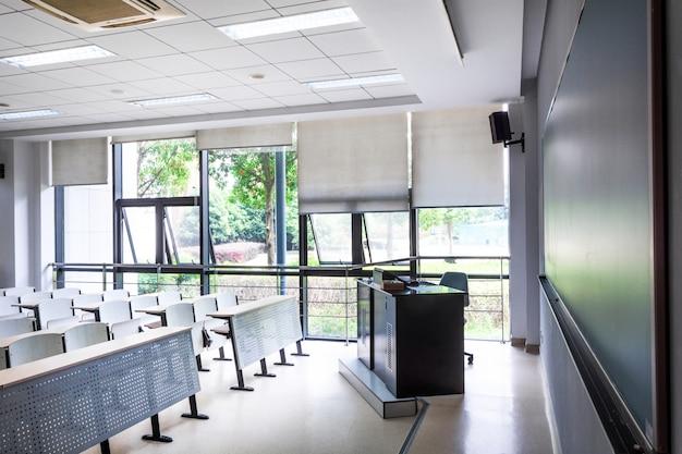 Sala de aula branca.