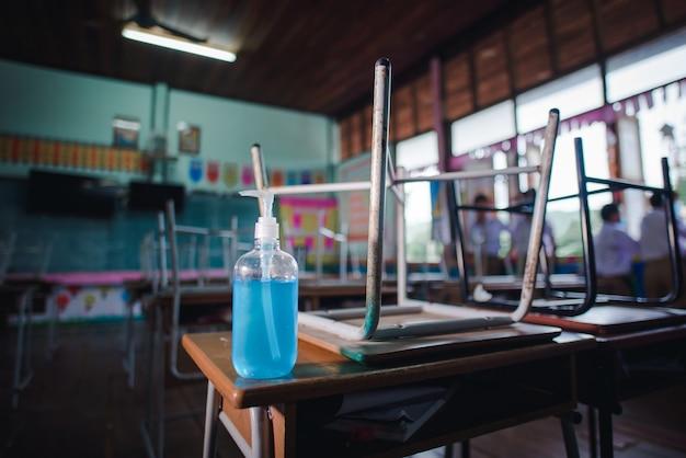 Sala de aula com desinfetante para as mãos para prevenir a infecção por coronavírus
