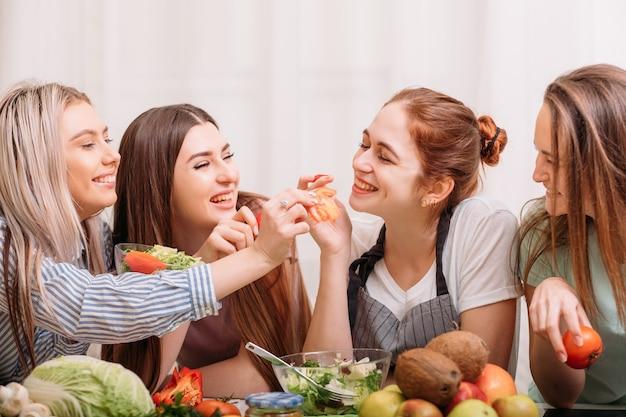 Sala de aula de culinária feminina. atmosfera amigável. hábito de alimentação saudável. fazendo dieta juntos. aulas de alimentação e nutrição.