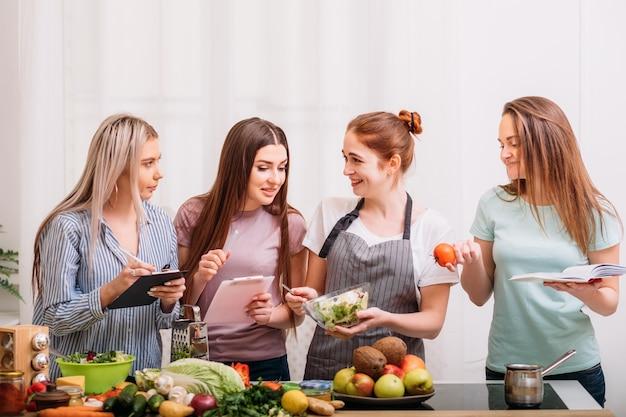 Sala de aula de culinária feminina. hábito de alimentação saudável. fazendo dieta juntos. aulas de alimentação e nutrição.