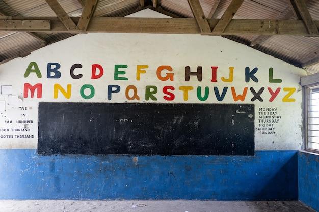 Sala de aula de escola pobre decorada na áfrica, sem crianças