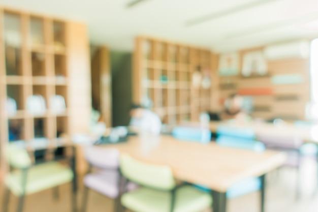 Sala de aula escolar em desfocagem sem jovem estudante; vista embaçada da sala de aula elementar, sem criança ou professor com cadeiras e mesas no campus. imagens de estilo de efeito vintage.