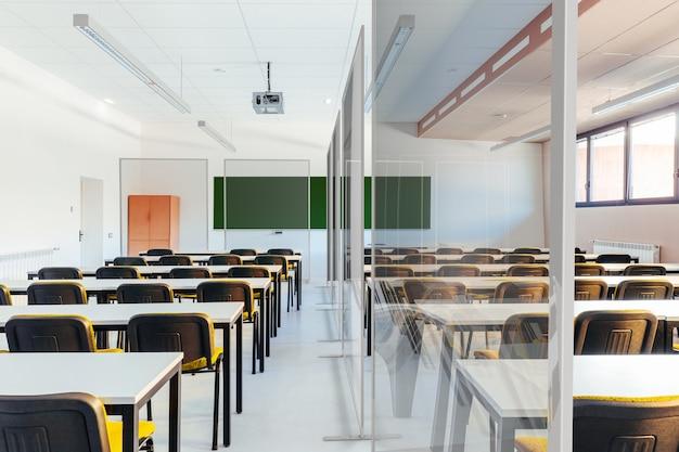 Sala de aula isolada com telas