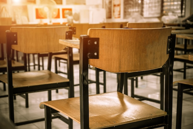 Sala de aula ou escola sala de aula vazia com cadeira de madeira de ferro para estudar lições em h