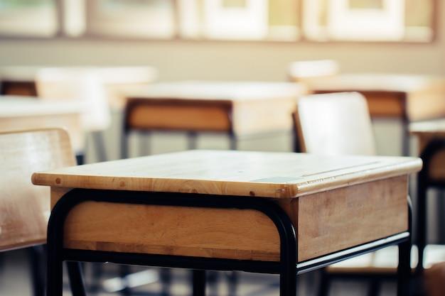 Sala de aula ou escola vazia sala de aula com mesas cadeira madeira ferro para estudar lições na escola