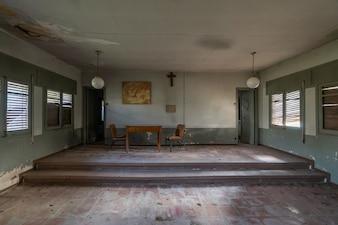 Sala de aula vazia abandonada em uma escola católica