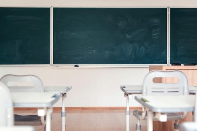Sala de aula vazia lousa verde na parede conceito de educação