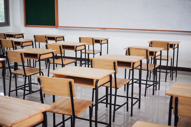 Sala de aula vazia ou sala de aula interior com mesas cadeira ferro quadro branco de madeira para estudar aulas de ensino médio na tailândia do ensino médio. conceito de aprendizagem e volta às aulas