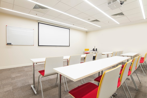 Sala de aula vazia para treinamentos
