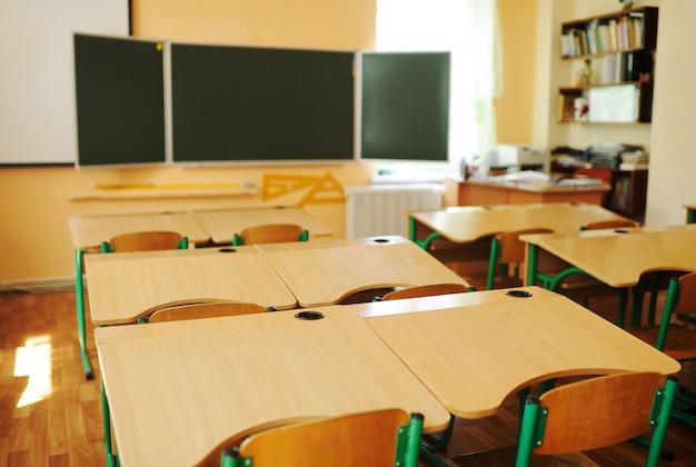 Sala de aula vazia sem pessoas.
