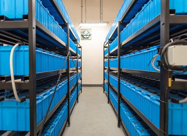 Sala de baterias, linhas de baterias no sistema de energia de backup industrial.