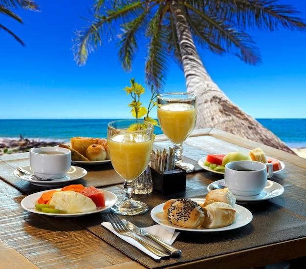 Sala de café da manhã na praia