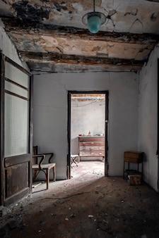 Sala de casa abandonada entre sombras