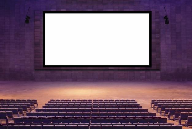 Sala de cinema com poltronas vazias e ampla tela branca