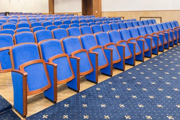 Sala de conferências com assentos azuis