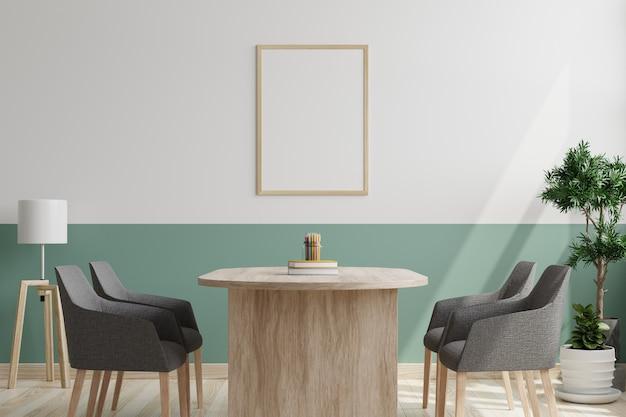 Sala de conferências com cadeiras, mesa e porta-retratos na parede
