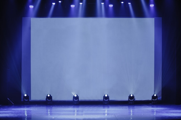 Sala de conferências em evento de negócios palco vazio palco vazio com tela para procto