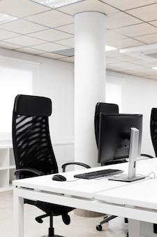 Sala de conferências vazia com cadeiras pretas de escritório