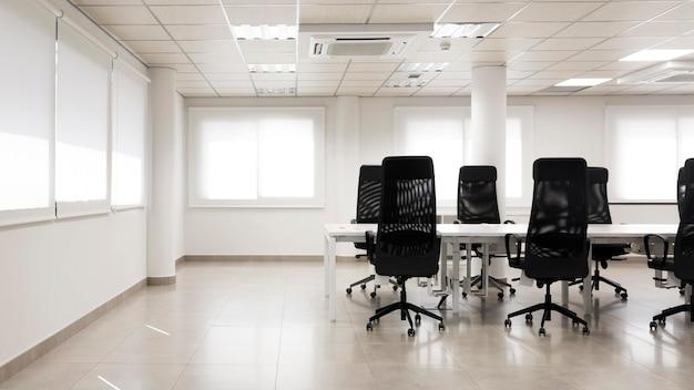 Sala de conferências vazia com espaço de cópia