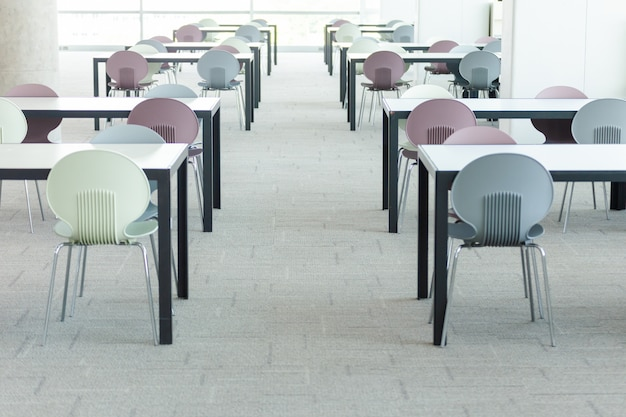 Sala de conferências vazia com muitas poltronas