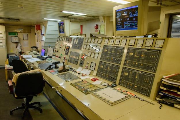 Sala de controle do motor no navio grande