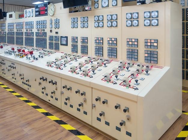 Sala de controle na usina da barragem para operação.