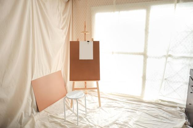Sala de desenho ou pintura com luz suave