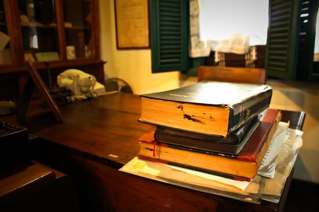 Sala de escritório clássica com livros na mesa.