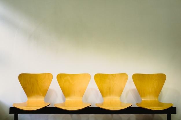 Sala de espera com cadeiras de madeira vazias