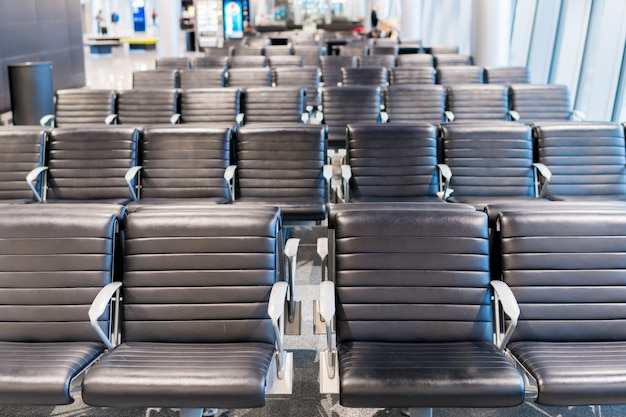 Sala de espera vazia do terminal de aeroporto com a sala de estar das cadeiras com assentos no aeroporto.